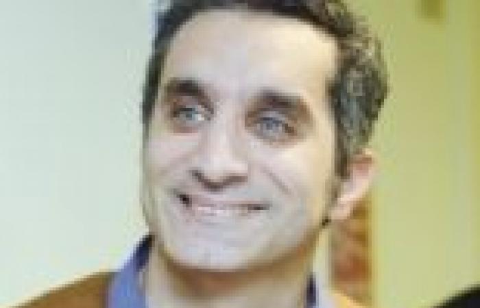 """باسم يوسف ينتقد أداء وزراء حكومة قنديل.. ويهدي الرئيس أغنية """"عيش إخوان"""""""
