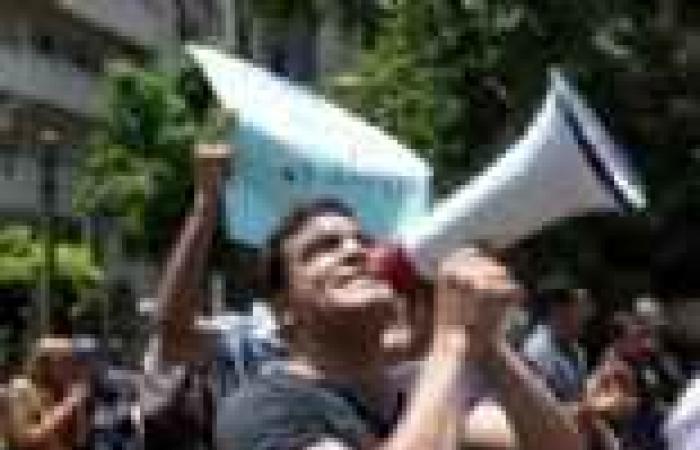 عمال الغاز المعتصمون أمام مجلس الوزراء: لم نقطع طريق كورنيش النيل
