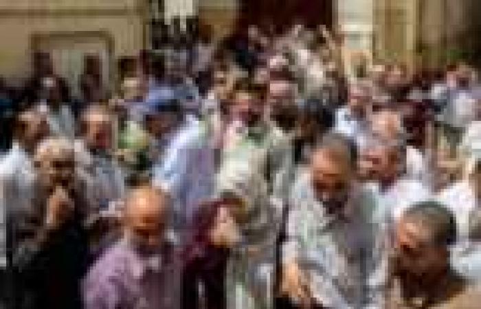 وقفة لأهالي بعض قرى كفر الشيخ أمام الجمعية الزراعية احتجاجا على عدم صرف تعويضات شركة البترول