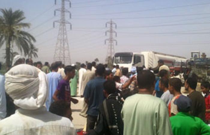 أهالى قرية بالفيوم يقطعون الطريق ويفصلون الكهرباء بسبب الصرف الصحى