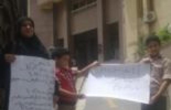 وقفة احتجاجية لربة منزل وأولادها تنديدا بتقاعس أمن القليوبية عن ضبط قتلة زوجها