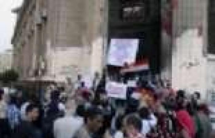 توافد عشرات النشطاء أمام دار القضاء العالي للمطالبة بالإفراج عن المعتقلين