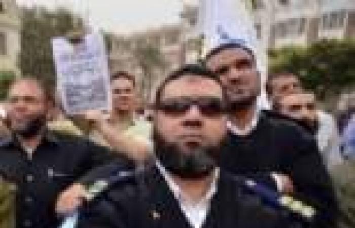 """""""الضباط الملتحون"""" يتظاهرون أمام """"الاتحادية"""" للمطالبة بالعودة لعملهم"""
