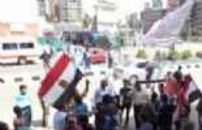 مواطنون إثيوبيون يلتقطون صورا مع المحتجين أمام السفارة بالدقي