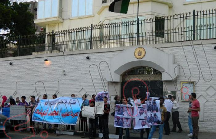 بالصور.. وقفة أمام سفارة الإمارات فى ذكرى ميلاد أحد معتقلى مصر