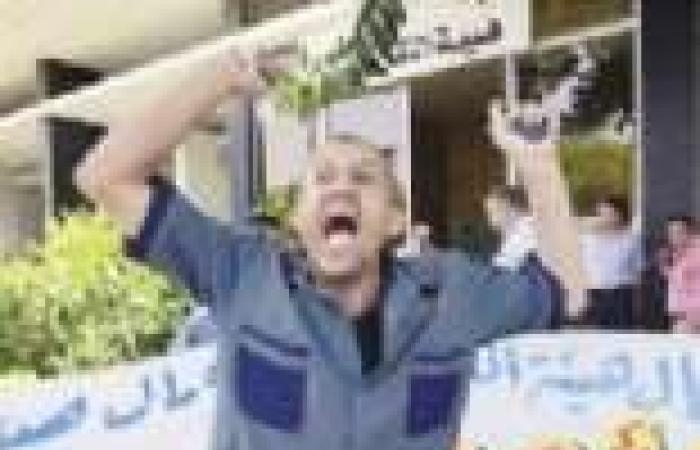 عمال «النقل العام» يتظاهرون أمام الهيئة.. ويتوعدون بحصارها بالأتوبيسات