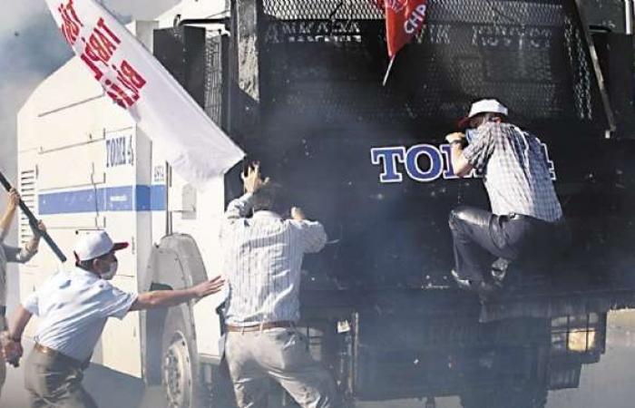 «مرسى» يصمت أمام المظاهرات.. و«أردوغان»: «الاعتراف بالخطأ فضيلة»