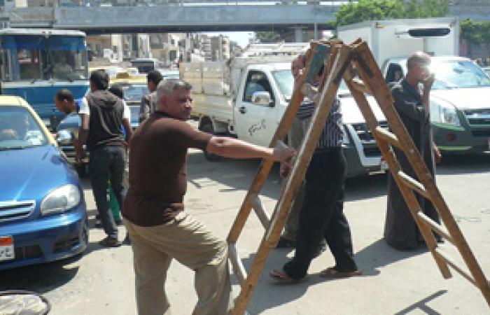 أصحاب المحلات بشبين الكوم يقطعون الطريق لانقطاع الكهرباء
