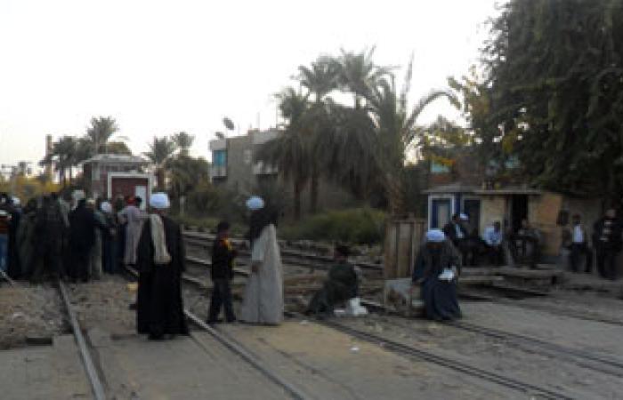 أهالى قرية بقنا يقطعون السكة الحديد احتجاجاً على نقص مياه الرى
