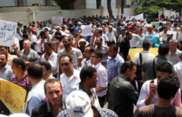 معلمو الأجر يغلقون إدارة نجع حمادى التعليمية احتجاجاً على العقود