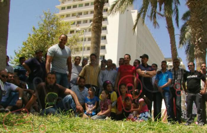 بالصور.. اعتصام عمال الكراكات المؤقتين أمام مبنى الإرشاد بالإسماعيلية