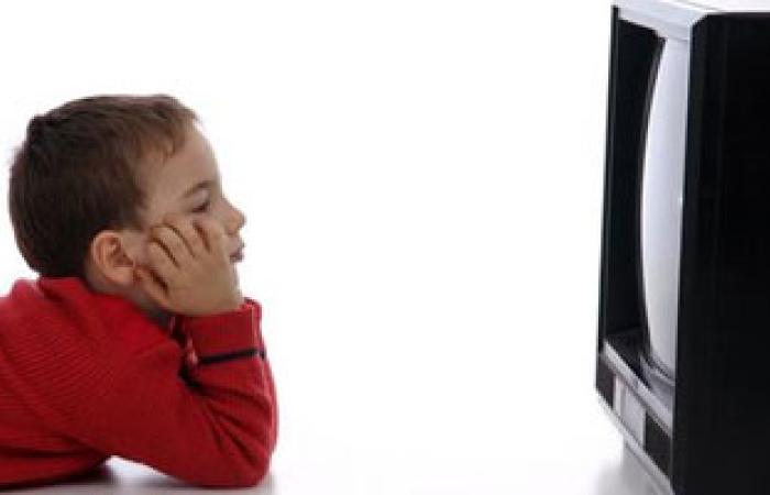 إسراف الآباء فى مشاهدة إعلانات الطعام له مخاطر كبيرة على الأطفال