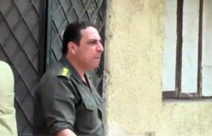 بالفيديو.. والد الشهيد «طلال» يحمى قاتل ابنه أمام محكمة المعادى