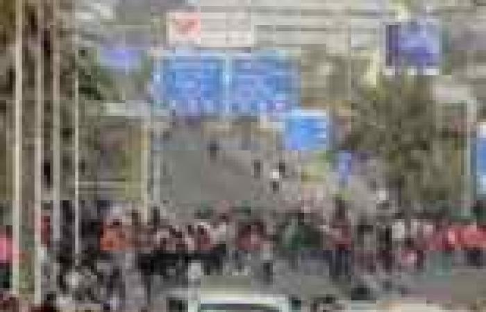 سائقو العريش يقطعون الطريق الدولي إلى القنطرة لعدم توفر السولار