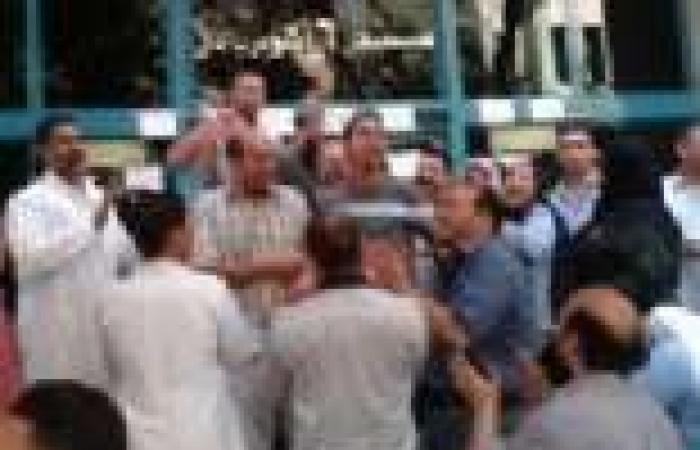 العاملون بمستشفى 6 أكتوبر بالدقي ينظمون وقفة احتجاجية للمطالبة بالكادر