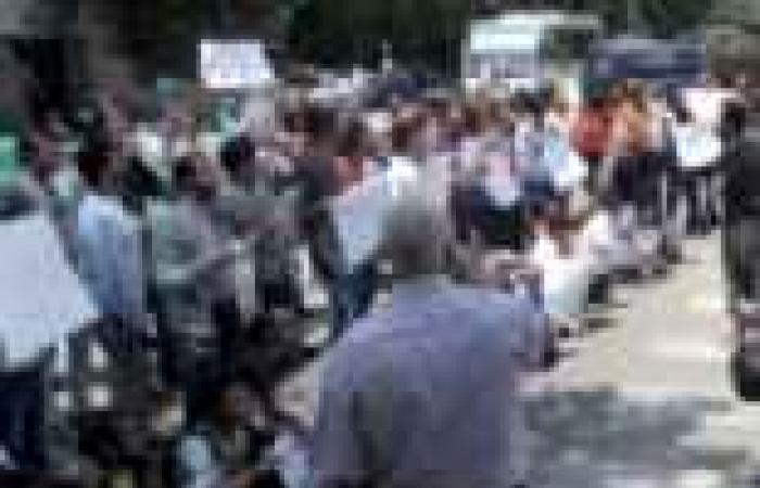 """مئات الإخوان ينظمون وقفة لتأييد """"مرسي"""" أمام قاعة المؤتمرات"""