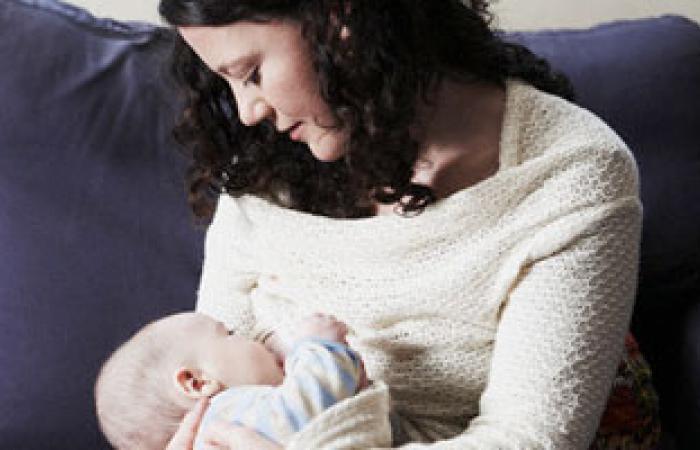 هل الرضاعة وقت الحمل تضر الأم أو الجنين؟
