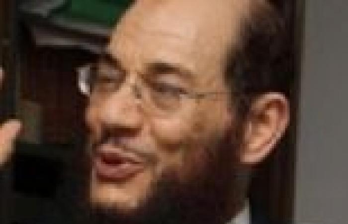 """""""القوصي"""" يوقع على """"تمرد"""" ويعتبر مرسي """"رئيس سابق"""""""