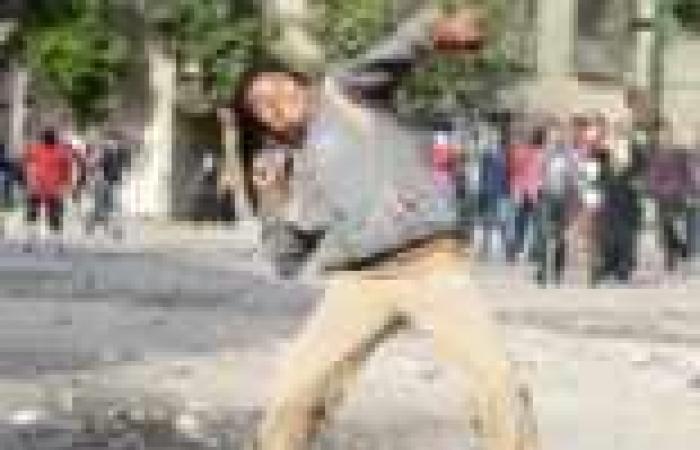 """متظاهرون يرشقون قوات الأمن بالحجارة فى """"الشيخ ريحان"""""""