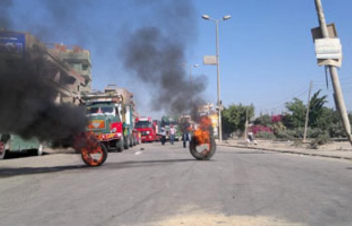 الأمن يحاول فتح طريق كفر الشيخ دسوق بعد قطعه لنقص السولار
