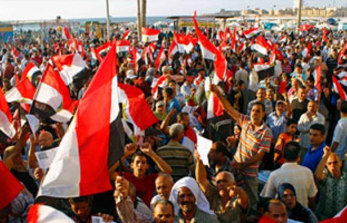 المتظاهرون يؤدون صلاة الجمعة بدوران شبرا.. وانتشار  صور الشعراوى والبابا شنودة