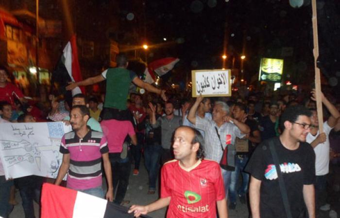 بالصور.. رفع الأحذية وهتافات عنيفة بعد خطاب مرسى بالسويس