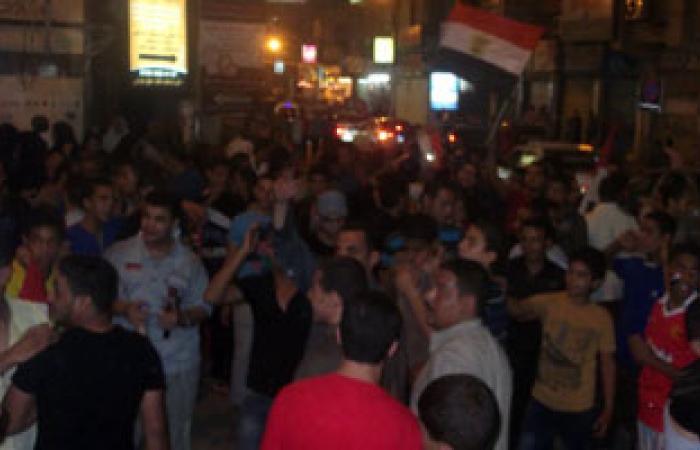 محلات عصير بالحسين توزع عصائر على المارة احتفاﻻ برحيل مرسى