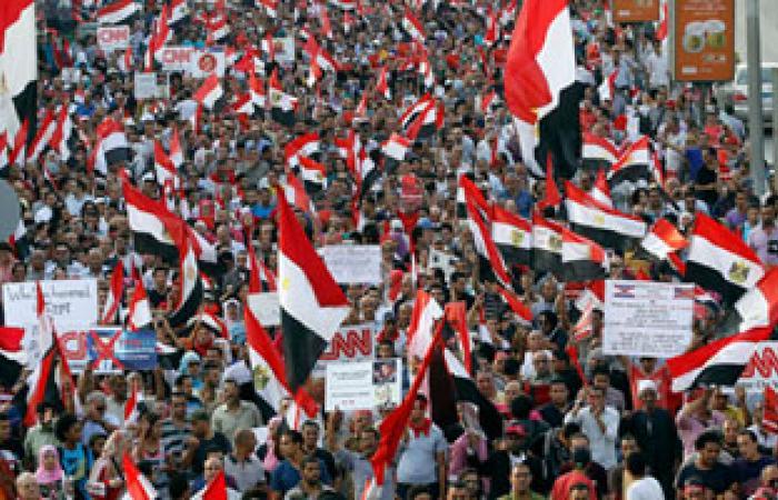الأمن المركزى يوزع المياه والعصائر على متظاهرين التحرير
