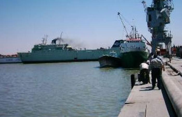 شاهد:محتجون مسلحون يقتحمون ميناء الزويتينة النفطى فى شرق ليبيا