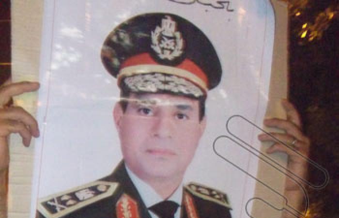 كبار السن يحملون صور عبد الناصر والسيسى بتظاهرة تفويض الجيش ببنى سويف