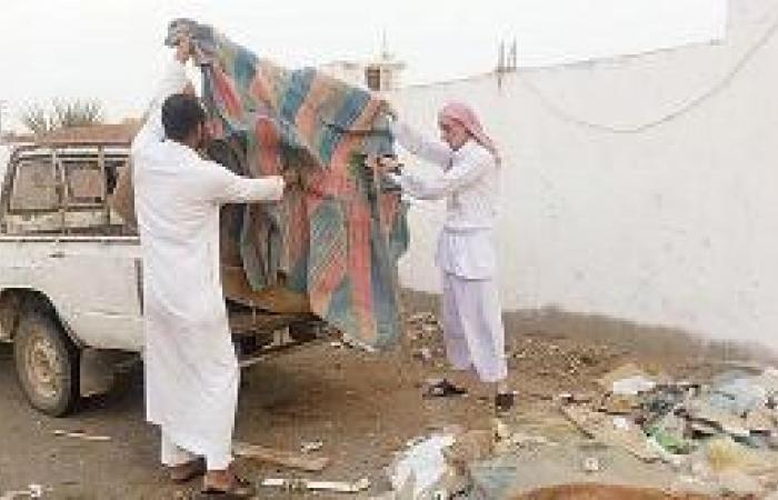 سكان حداء وبحرة يرفعون المخلفات بسياراتهم الخاصة