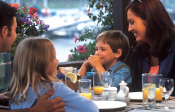 دراسة: تناول الطعام فى صحبة مع الأصدقاء يجعلك أكثر اجتماعية