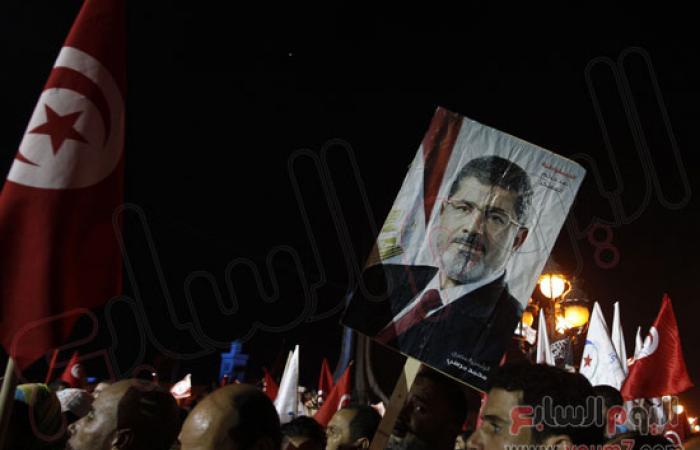 بالصور..متظاهرون يرفعون صورة المعزول خلال حشد مؤيد للحكومة التونسية