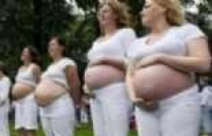 حوامل يتظاهرن ببطون عارية في تركيا رفضًا لإلزامهن البيوت أثناء الحمل