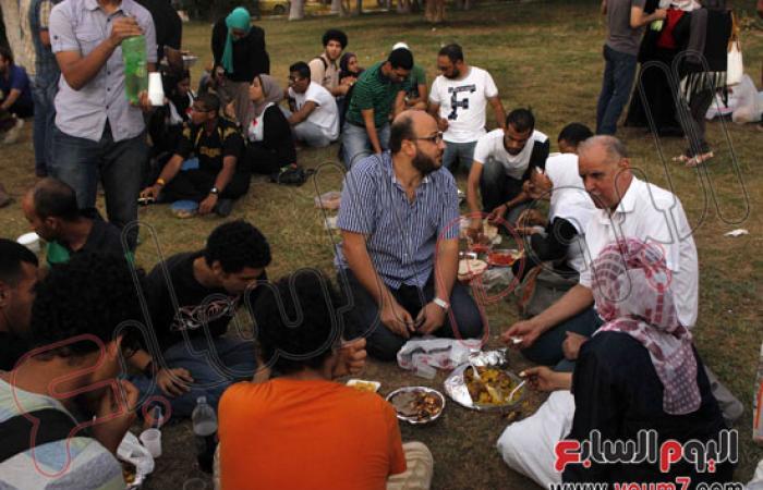 """بالفيديو.. نشطاء الإسكندرية يحتفلون بـ""""حسن مصطفى"""" فى إفطار جماعى"""
