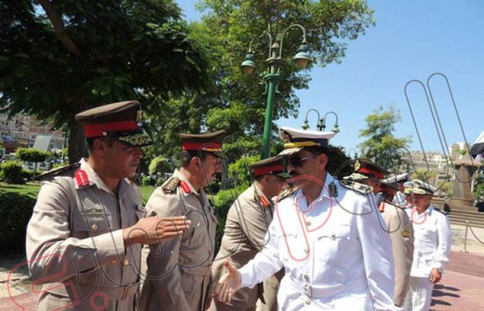 بالصور..  مدير أمن الإسكندرية يضع الزهور على قبر الجندى المجهول
