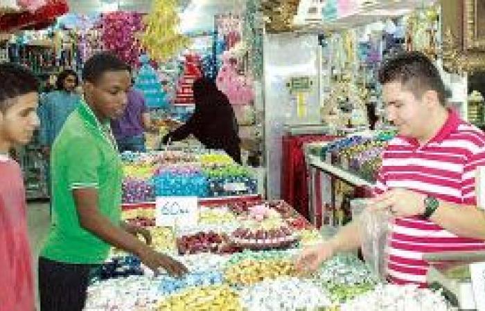 عيد طيبة يتزين بالحلوى والعطور والزهور