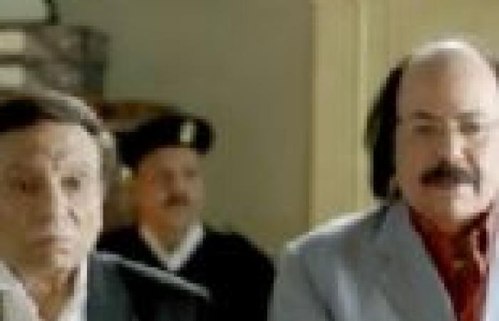 """عادل إمام.. نصاب هارب تحول إلى مرشح رئاسي في """"العراف"""""""