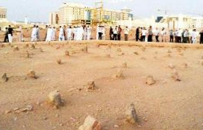 زوار يبدأون عيدهم من مقبرة بقيع الغرقد