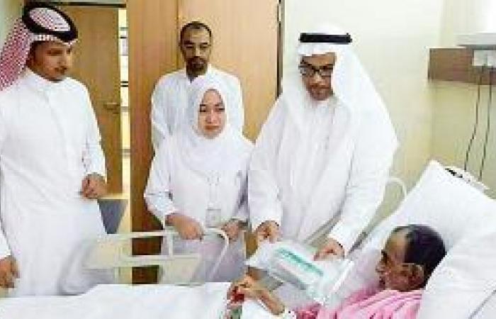 مدير مستشفى النور  يعايد المرضى
