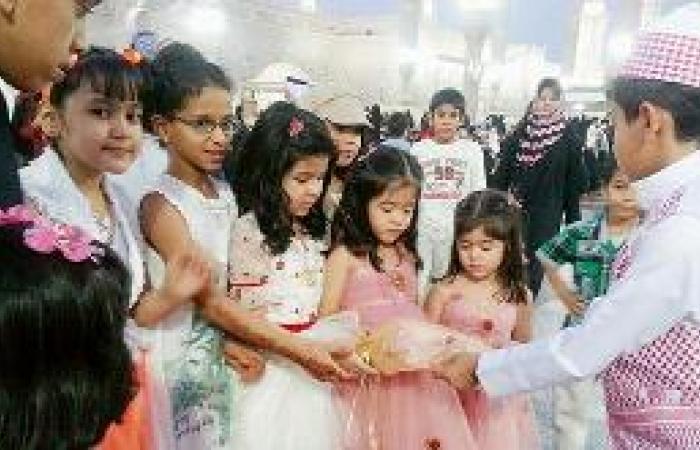 العيدية .. من النقود والحلوى إلى صناديق الهدايا