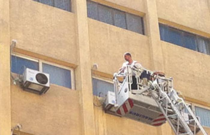 سيارة مطافئ تنقذ شخصًا عقب احتراق المجلس المحلى بالإسكندرية