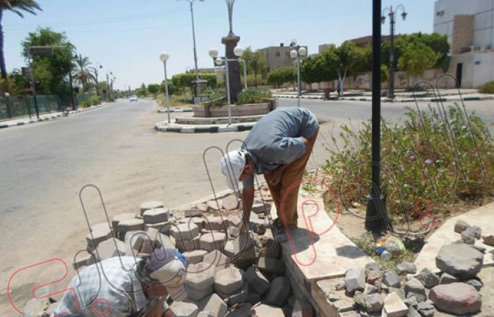 أهالى الوادى الجديد يعيدون تجميل نصب شهداء 73 بعد أن حطمه الإخوان