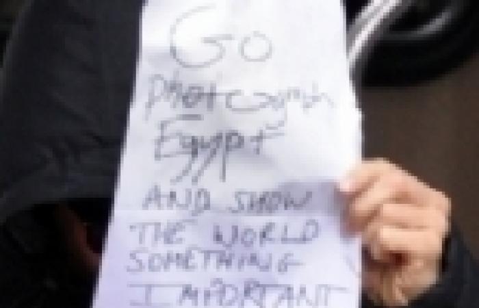 """الممثل البريطاني """"بنيدكت كمبرباتش"""" يغطي وجهه ويطالب المصورين للذهاب إلى مصر"""
