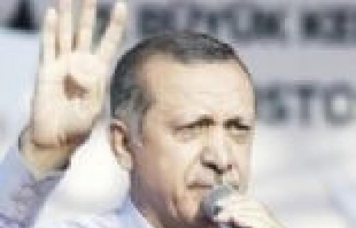 """خبير في لغة الجسد: إشارة """"أردوغان"""" بأصابعه الأربع تحمل معاني غير رابعة العدوية"""