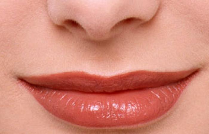 أحمر الشفاه.. أداة الجمال تتحول إلى خطر يهدد الصحة