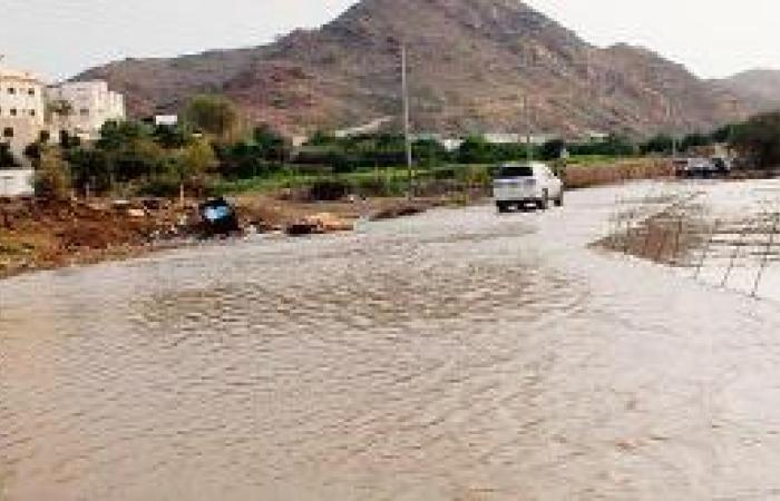 الدفاع المدني يباشرا حتجاز مركبات جراء الأمطار