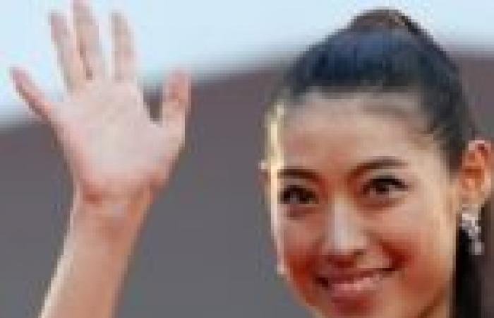 بالصور| مايوري تاكيموتو تتألق بالأحمر خلال افتتاح فيلمها The Wind Rises بمهرجان فينيسيا