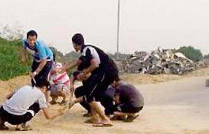 شباب المجديرة يصلحون طريقهم بعد جرفه من الأمطار