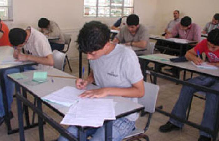 طلاب الثانوية العامة يؤدون امتحان الأحياء وسط تواجد أمنى